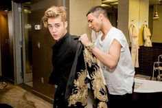 When Justin Bieber hit the Met Gala red carpet wearing a gilded Balmain jacket, we had to hand it to him: he looked pretty fierce. The singer let his Justin Bieber Smile, Justin Bieber Pictures, Justin Bieber 2015, Justin Photos, Balmain Jacket, Justin Bieber Wallpaper, Love U So Much, Hailey Baldwin, Celebs