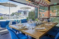 Salzburg and Venice meet in the recently opened Designhotel Stein. The new hotel is a magnificent symbiosis between the festival city and the city of lagoons. Design Hotel, Stucco Ceiling, City Layout, Honeymoon Suite, Textile Company, Glass Artwork, Rooftop Bar, Venetian Glass, Hotel S