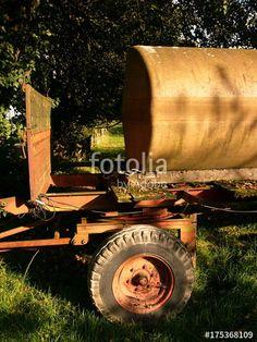 Alter Traktorenhänger mit Wassertank und Patina am Barkhauser Weg in Asemissen bei Bielefeld in Ostwestfalen-Lippe