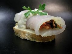 Receta de pinxho de bacalao ahumado con salsa de ajo #Cantabria #Spain #Travel #Food #Gastronomy