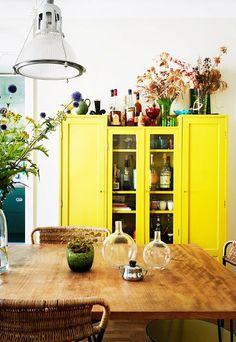 Inspiration couleur jaune citron.  Un meuble peint en jaune. Un vielle armoire.