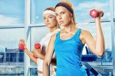 Muitas pessoas querem emagrecer é verdade . Mas nenhuma delas  em especial as mulheres  deseja que a perda de peso venha acompanhada de flacidez excesso de pele celulite e um corpo enfraquecido . Da mesma forma quem está fazendo um trabalho específico para ganho de massa magra também não deseja ver seu percentual de gordura aumentando . Portanto o que a maioria das pessoas quer é perder gordura e ganhar (ou no mínimo manter) massa magra ao mesmo. Será que isso é possível? . Bom primeiro eu…