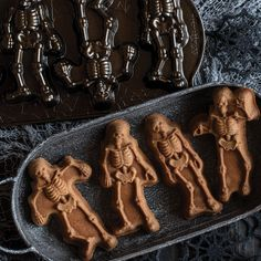 Spooky Skeleton Cakelet Pan Bare bones in lifelike repose. Set them on end for a graveyard boogie! Great treat for fun and spooky celebrations. Halloween Kitchen, Halloween Party Decor, Fall Halloween, Spooky Treats, Halloween Treats, Gothic Wedding Decorations, Festa Party, Nordic Ware, Holiday Traditions