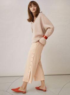 Post World War 2 Women S Fashion Referral: 3704855505 French Fashion, Love Fashion, Winter Fashion, Womens Fashion, Fashion Design, Beige Outfit, 2020 Fashion Trends, Fashion Pants, Minimalist Fashion