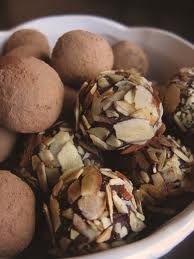 Milk Chocolate covered with almonds ( amande) with crisp of dark chocolate crisp.