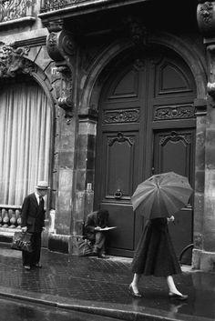 París 1958, Dennis Stock. Me ha gustado la forma de captar una escena cotidiana. Es una escena envuelta de encanto y nostalgia.