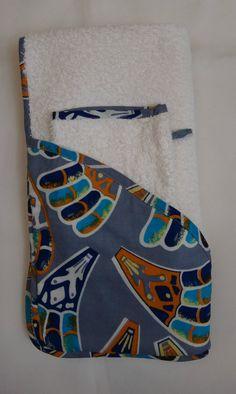 Duo sortie de bain + gant de toilette 100% éponge fera une excellente et très jolie idée de cadeau de naissance qui sera aussi très utile à la maman et au papa. Ce tablier que papa ou maman porte pendant le bain de son petit et qui permet de l'envelopper de douceur en sortant du bain tout en gardant l'usage de ses deux mains. Dimension sortie de bain : 70x70 cm