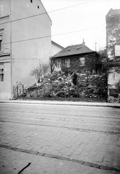 Ilyen is volt Budapest - Frankel Leó út Budapest, Beautiful Buildings, Old Pictures, Historical Photos, Hungary, Arch, Black And White, History, City
