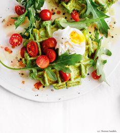 Kräuterwaffeln mit pochiertem Ei und Rucola-Tomaten-Salat Brunch, Kraut, Avocado Toast, Low Carb, Breakfast, Butter, Food, Cooking, Egg Benedict