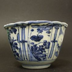 MING PORCELAIN. A Wanli or Tianqi Kraak Porcelain `Crow Cup` Bowl, Late Ming c.1600-1625. This Thinly Potted Kraakware Bowl is Decorated with a Bird in the Well of the Bowl.