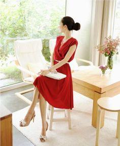 魅力玫紅斜褶V領洋裝  it's a beautiful red on this dress, don't you think?
