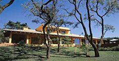 Aberta para a piscina e a represa, esta casa de 620 m², em Avaré, SP, chama...