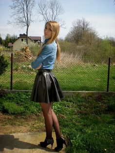Jupe patineuse et bottines en cuir noir - lederbekleidung - Pantyhose Outfits, Black Pantyhose, Rock Outfits, Skirt Outfits, Sexy Outfits, Cute Outfits, Leather Skater Skirts, Pvc Skirt, Sexy Rock