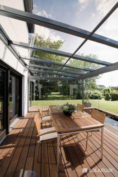 Outdoor-Feeling II Innenansicht einer ca. 16 qm großen #Terrassenüberdachung SDL Atrium mit SL 25 Ganzglas-Schiebe-Drehelementen.
