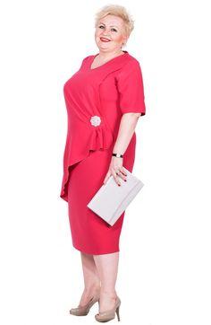 53b4e9f463 Elegancka różowa sukienka z broszką - Modne Duże Rozmiary