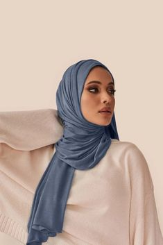 Not your ordinary jersey hijab. Our cult-favorite premium jersey is super-soft, effortless and made to last. It comes in a soft blue-grey hue that looks especially stunning on cool skin tones. Casual Hijab Outfit, Hijab Chic, Fashion 2020, Teen Fashion, Fashion Song, Fashion Outfits, Latest Fashion, Fashion Trends, Mode Turban