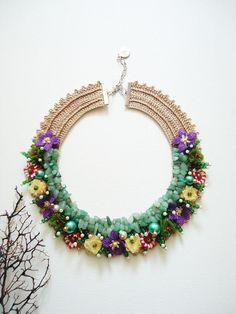 Koyu bej naylon ip ile işlenen yaka üzerine doğal taşlar, oyalar, kurdele çiçekler ve boncuklar işlenerek tasarlanmıştır.46-53 cm gerdan çevresine uyar.