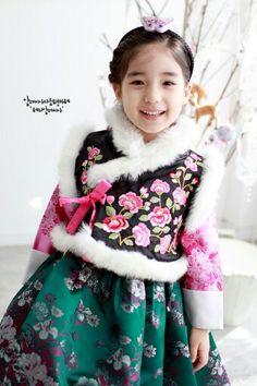 Little girl 한복 Hanbok / Traditional Korean dress