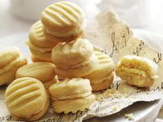 moments These sweet, melt-in-your-mouth biscuits are a beloved Australian afternoon tea classic.These sweet, melt-in-your-mouth biscuits are a beloved Australian afternoon tea classic. Melting Moments Biscuits, Melting Moments Cookies, Aussie Food, Australian Food, Australian Recipes, Australian Cookies, Australian Desserts, Shortbread Biscuits, Biscuit Cookies