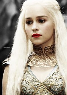 Find images and videos about game of thrones, got and daenerys targaryen on We Heart It - the app to get lost in what you love. Emilia Clarke Daenerys Targaryen, Game Of Throne Daenerys, Serie Du Moment, Daenarys Targaryen, Blond, The Mother Of Dragons, Game Of Thrones, Khaleesi, Queen
