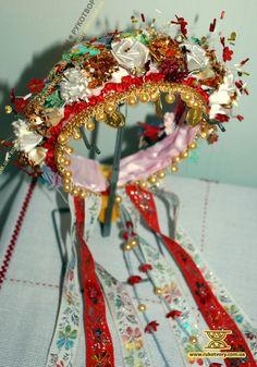 Floral Headdress, Bridal Headdress, Polish Embroidery, Shaman Woman, Flower Head Wreaths, Decorating Flip Flops, Ukrainian Dress, Costumes Around The World, Tribal Dress