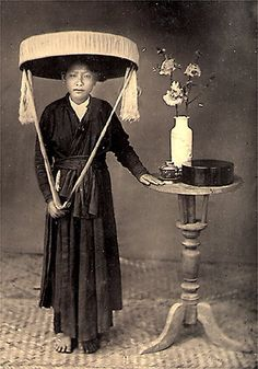 """Femme annamite coiffure tonkin - Áo tứ thân - 1800s Northern Vietnamese woman dressed in Áo tứ thân, with the """"Quai Thao"""" hat characteristic of northern Vietnam."""