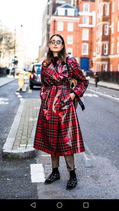 Street style inspiration: How to stay chic in the rain - Page 3 Street Looks, Street Style, Vogue Paris, Rain Street, London Fashion Week 2018, Tartan Kilt, Pvc Raincoat, Rain Gear, Raincoats For Women
