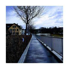 Trotzt dem Wetter und startet gut ins Wochenende!  #lebeninadliswil #adliswil #sihltal #lebenimsihltal #livinginadliswil #zürich #zurich… Railroad Tracks, Sidewalk, Instagram, Weather, Life, Side Walkway, Walkway, Walkways, Train Tracks