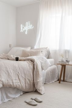 5 hacks you will never have trouble falling asleep again With these 5 hacks you will never have trouble falling asleep again,With these 5 hacks you will never have trouble falling asleep again, bedroom decor enhancing loving bedroom strategies Romantic Home Decor, Quirky Home Decor, Cheap Home Decor, Bedroom Furniture, Bedroom Decor, Home Remodeling Diy, New Room, Interiores Design, Modern Bedroom