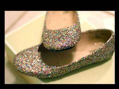 Zapatos reciclados con purpurina y cola blanca.