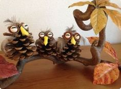 Pinecone owls / Dennenappel uiltjes My grandma also made something like this a loooong time ago. Pine Cone Art, Pine Cone Crafts, Pine Cones, Diy Projects To Try, Diy Crafts For Kids, Gifts For Kids, Arts And Crafts, Autumn Crafts, Nature Crafts