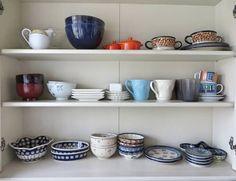 棚をDIYで自作するときは、作り方の基本があります。棚にはいろいろなタイプの棚がありますので、棚をDIYで自作するときの作り方の基本を全てご紹介します。 Building A House, Shelves, Tableware, Kitchen, How To Make, Home Decor, Tiny House, Ideas, Shelving