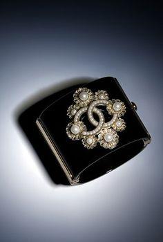 Brazalete, metal, resina y perlas fantasía-dorado, negro y blanco nacarado - CHANEL