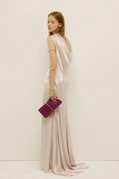 Vestido largo con textura satinada y amplio escote en la espalda, de Nina Ricci.