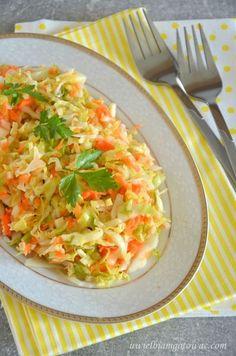 Nie wyobrażam sobie obiadu bez porządnej porcji zdrowej surówki. Najczęściej wybieram sezonowe warzywa, które nie tylko ekonomicznie wychodzą, ale także są najsmaczniejsze. I tak powstała ta prosta, a Side Dish Recipes, Pork Recipes, Salad Recipes, Dinner Recipes, Cooking Recipes, Healthy Salads, Healthy Recipes, Side Salad, I Love Food