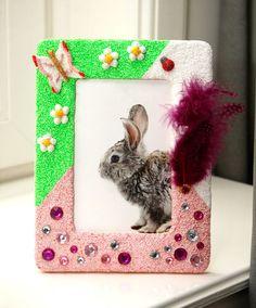Foam Clay Knutseltip - Fotolijstjes versieren. Bekijk de knutseltips op onze site. Leuk voor een kinderfeestje of cadeau. Geschikt voor kinderen van ca. 4 jaar.