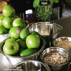 Apple Feijoa crumble in the making Smoothie Recipe Book, Smoothie Recipes, Smoothies, Clean Eating Recipes, Healthy Eating, Healthy Food, Healthy Tips, Healthy Recipes, Canadian Food
