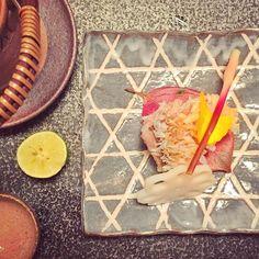 Pure magie d'un repas #kaiseki : tout le raffinement de la #gastronomie #japonaise déploie ses ailes. Ici un #tile #fish aux écailles croustillantes - #bouillon #anguille #caille et #sudachi . Dans le cadre merveilleux de l'hôtel #Hoshinoya  #Kyoto . #Japon #japan #ryokan #hotel #palace  by cpichon
