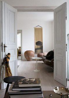 Det lilla bordet, design Eero Saarinen, är arvegods. På väggen en handtryckt engelsk tapetvård från Deborah Bowness. Asiatiska marionettdockor med vackra kläder, inropade på auktion.