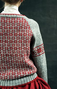 This Pullover with Geometric Patterns pattern by Yoko Hatta (風工房) has us dreaming of colorwork projects.