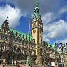 A prefeitura de Hamburgo é linda! Há tours guiados em dias específicos da semana, no site da cidade hamburg.de vc pode encontrar as informações 👍🇩🇪 #viagemjovem #hamburgo #alemanha #germany #hamburg #reisen Big Ben, Tours, Building, Travel, Road Maps, Town Hall, City, Destinations, Viajes