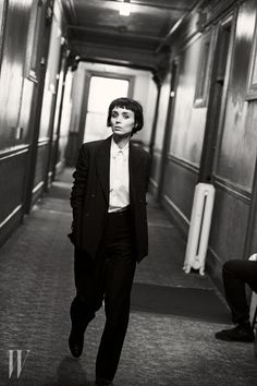 Best Performances: Rooney Mara by Peter Lindbergh for W Magazine February 2016 2015 was a year of breakthroughs for 31 Hollywood actors like Amy Schumer, Brie Larson, Rooney Mara, Eddie Redmayne, Alicia Vikander. Rooney Mara, Peter Lindbergh, Amy Schumer, Robert Mapplethorpe, Photos Black And White, Black And White Photography, Richard Avedon, Steven Meisel, Lisbeth Salander