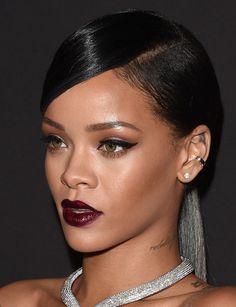 Rihanna com pele perfeita, batom vinho e delineador preto