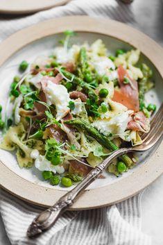 Prosciutto Pea and Pesto Pasta Salad - Tofu Bowl Rezepte Burrata Salad, Pesto Pasta Salad, Asparagus Pasta, Pasta Salad Recipes, Penne Pasta, Cold Macaroni Salad, Healthy Recipes, Cooking Recipes, Sauces
