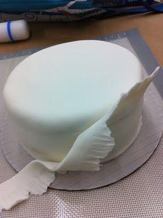 How to make a Ruffle Cake  http://m.pinterest.com/pin/create/button/?url=http%3A%2F%2Fwww.thesweetsbar.com%2Fhow-to-make-a-ruffle-cake%2F=https://lh5.googleusercontent.com/_220DdnSvPJY/TP82Ya48U5I/AAAAAAAAACk/YjUnNXRQn6M/s512/IMG_0838.jpg=How+to+make+a+Ruffle+Cake