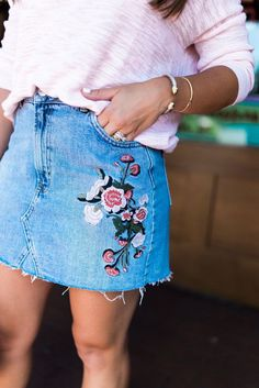 Idée et inspiration look d'été tendance 2017 Image Description Summer Style via Glitter & Gingham / How to style a denim skirt / Embroidered Denim Skirt / Summer outfit inspiration