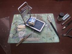 この小さなカッターマットから次々にジオラマが生まれていく。 主な材料:プラ版、プラ棒、デザインナイフ、あれば便利Pカッター、定規(大きめの三角定規がお勧め)、塗料(タミヤアクリルがベスト)、筆、紙やすり、瞬間接着剤など #miniature