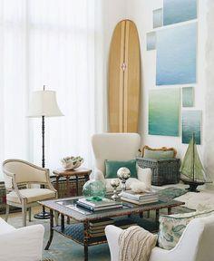 Sala con tabla de surf