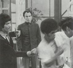 Bruce behind the scenes choreographing Jim Kelly's fight scene for Enter the dragon