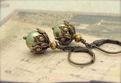 Hoi! Ik heb een geweldige listing gevonden op Etsy http://www.etsy.com/nl/listing/87790516/pearl-earrings-ornate-steampunk-earrings